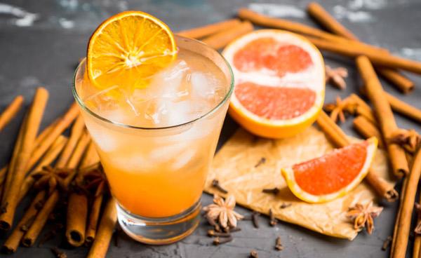 Gin Tonic mit Grapefruitsaft und Zimt