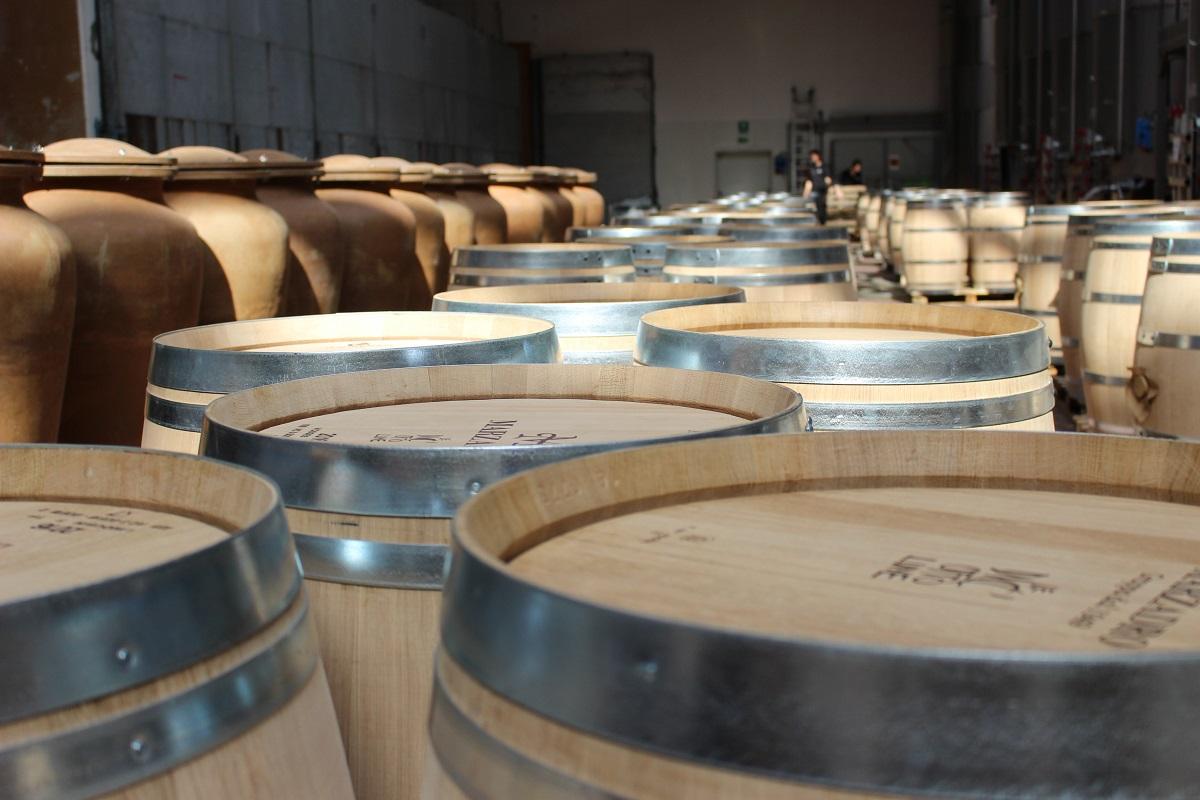 Neue Fässer unterschiedlicher Größe warten bei der Grappa-Destilleria Marzadro auf ihre Befüllung.