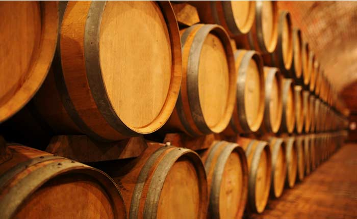 Durch die Lagerung im Holzfass wird der Tequila braun.