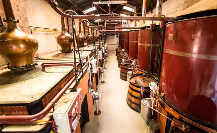 Cognac wird-in traditionellen Brennblasen destilliert