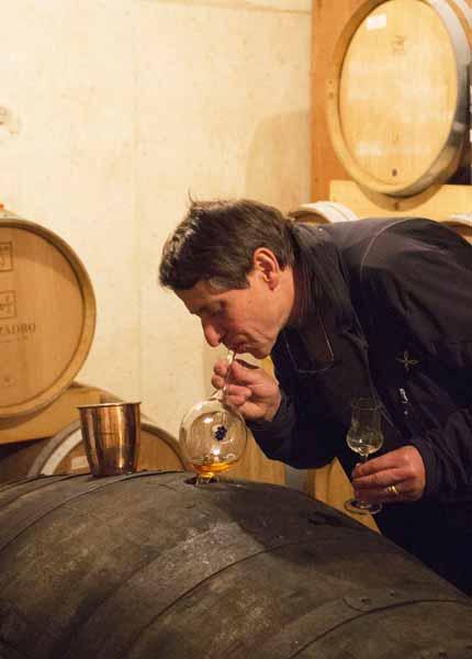 Franco von Marzadro testet den Grappa aus den Fässern