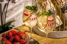 Lillet Gläser mit Lillet Vive Cocktail: Lillet Tonic mit Erbeere, Minze und Gurkenscheibe