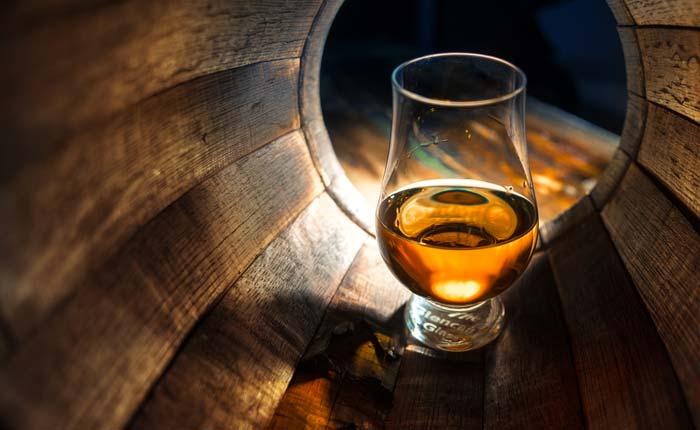 Bei Whisky ist die Holzfasslagerung ausschlaggebend