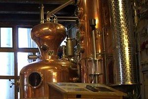 In solchen Brennkesseln aus Kupfer werden bei niedrigen Temperaturen die feinen Destillate schonend gebrannt