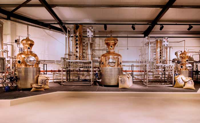 So wird Gin destilliert